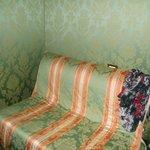 Le canapé qui se trouve dans la chambre trés spacieuse