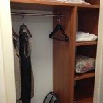 Armário limpo, com cabides e prateleiras
