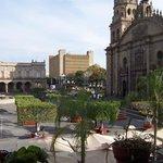A un costado de la catedral y Palacio de Gobierno