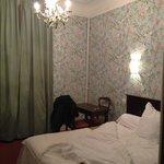 Une chambre rétro mais très propre.