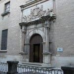 Fachada principal del museo (1920). Incorpora antigua fachada del Posito (siglo XVI)