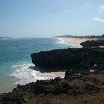 Der Bade- und Surferstrand erstreckt sich kilometerweit nach Norden und Süden