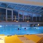 piscina interna di sera