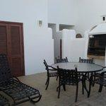 Terraza con barbacoa, mesa y tumbonas