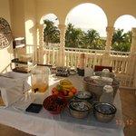 Area de desayuno en la terraza del hotel