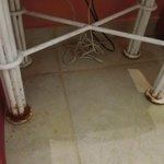 Detalle de la mesa de luz, con herrumbre y piso manchado