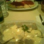 Excelente las pastas ! (sorrentinos de jamón y muzzarella, y ravioles de verdura y carne a la cr