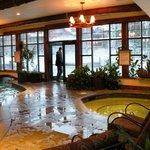 La partie intérieur de la piscine avec 1 des spas.
