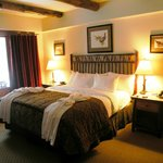Grande chambre avec lit king.