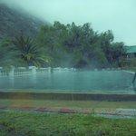 Piscina climatizada, en día de lluvia, con el vapor que se produce por la diferencia de temperat