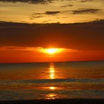 Coucher de soleil depuis la plage de l'hôtel