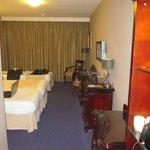 grote slaapkamer met 2 grote bedden