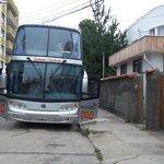 Lateral del hotel y bus en el que viajamos