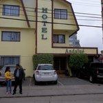 Frente del Hotel Andalué. Y uno de los guías (Charly Tours, se los recomiendo)