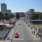 De brug over de rivier Niševa richting de poort van Trvdjava