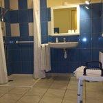 salle de bains aménagée handicapé