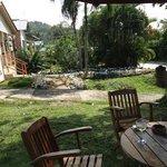mesas en jardin a la entrada