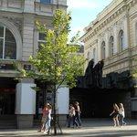 театр драммы и комедии, рядом с отелем