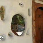 Acceso a la cabaña 1, ventana diseñada por Agustin