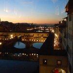 """Ponte Vecchio al anochecer visto desde el museo de """"Los Oficios"""""""