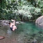 Petite baignade dans leur piscine naturelle à l'eau cristalline