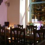 Aqui se sientan nuestros clientes con el privilegio de una mesa de madera maciza  cententaria