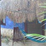 Dit is 1 van de hutten, ze hebben allemaal zeer vrolijke kleuren en eigen hang
