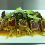 Tataki de atún con verduritas escabechadas
