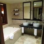 Deluxe Swim-Up Suite - Twin sinks & jacuzzi tub