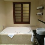 Deluxe Swim-Up Suite - Jacuzzi tub