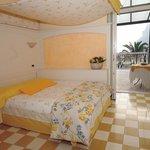 camera da letto con terrazzo vista lago