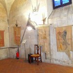 Bandiere e oggetti medievali dentro Palazzo Pretorio