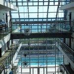 Sicht aus dem gläsernen Fahrstuhl über das Foyer zum Meer