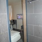 Von der Dusche aus, hat man Fernsehen können.