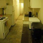キッチン、奥はバスルーム