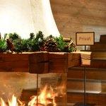 """Kamin im Eingangsbereich - """"Privat"""" gilt für die Hotelgäste"""