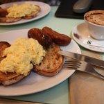 Frühstück: Rührei mit Würstchen
