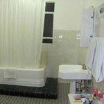 El baño muy limpio y con tina a veces nos ponian oocas toallas pero solo era cuestion de pedir m