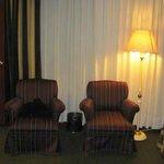 Estos dos sillones estaban al lado de las camas