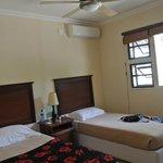 Ein Schlafzimmer mit zwei Einzelbetten