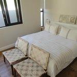 Wunderbares Bett mit verschiedenen Kissenhärten