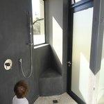 Dusche mit Massageboden und Tür direkt ins Freie
