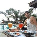 Almorzando en la piscina del hotel
