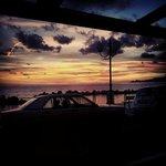Vista dai tavoli esterni al tramonto