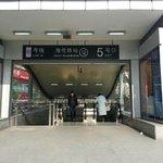海倫路駅5番出口の画像です。エスカレーターあります。
