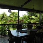 De tafel op de veranda.