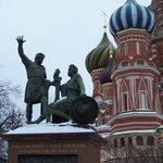 Памятник Минину и Пожарскому зимой