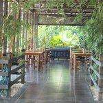 La salle à manger / salon à côté de la piscine