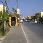 Du finner Cactus Tavern på venstre side av hovedgata når du kommer fra Chania