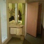 foto efectuada desde la habitación a la izquierda la entrada a la ducha y a la derecha la entrad